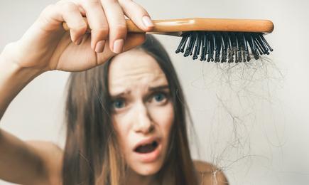 Chute de cheveux : pensez au shampoing adapté !
